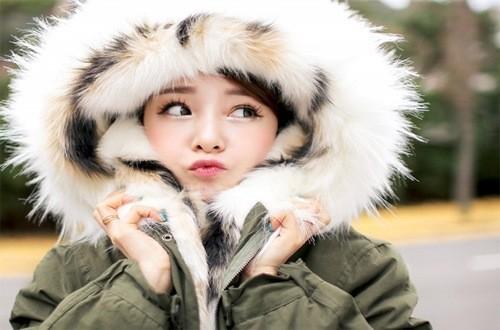 Mặc quần áo dày giữ ấm cơ thể trong mùa đông