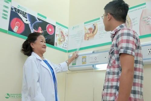 Bác sĩ sẽ tư vấn cho người bệnh hiểu rõ trước khi thực hiện cắt bao quy đầu.
