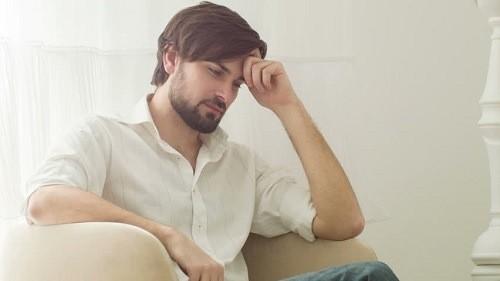 Hẹp hoặc dài bao quy đầu khiến nam giới dễ bị viêm nhiễm bao quy đầu do chất cặn bẩn, vi khuẩn tích tụ.