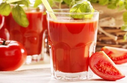 Cà chua rửa sạch, xắt miếng; khổ qua rửa sạch, bổ dọc, bỏ hạt,