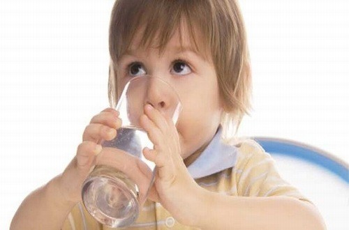 Cho trẻ uống nhiều nước điều trị bệnh quai bị ở trẻ hiệu quả