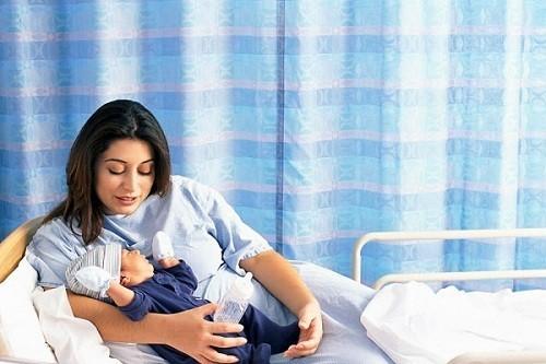 Vấn đề chăm sóc mẹ sau sinh mổ rất cần được quan tâm.