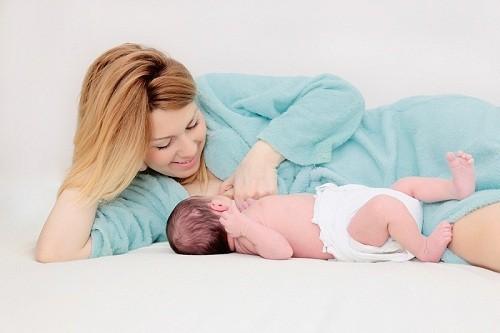 Mẹ nên nằm nghiêng đặt bé nằm nghiêng và cho bé bú.