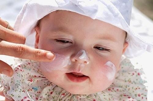 Thoa kem trị chàm sữa cho trẻ