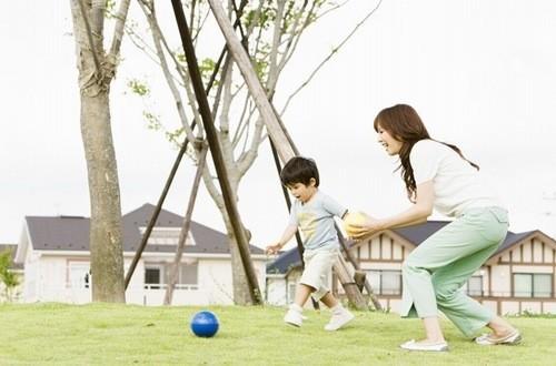 Khuyến khích trẻ hoạt động vui chơi nhiều