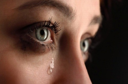 Hay bị chảy nước mắt có thể do nhiều nguyên nhân gây ra