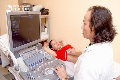 Người khám được thực hiện siêu âm, có thể siêu âm bụng hoặc qua ngả âm đạo tùy từng tình trạng.