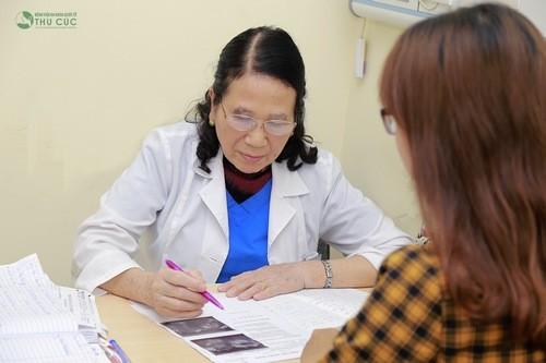 Khi thấy khí hư vón cục, bạn nữ cần đến cơ sở y tế, thăm khám tìm nguyên nhân để xử trí kịp thời.