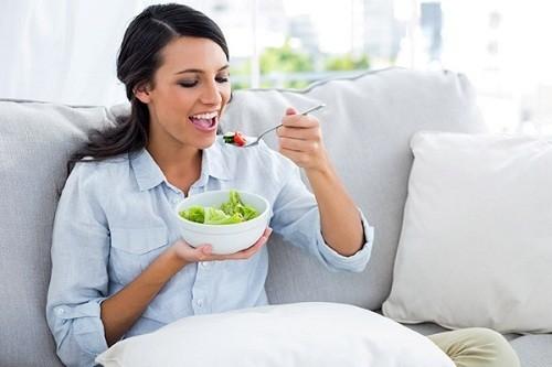 Sau sinh mổ, mẹ nên ăn nhiều rau củ và các loại trái cây an toàn.