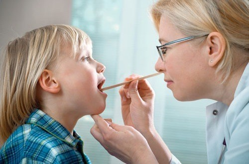 Nạo VA cho trẻ cần được bác sĩ chuyên khoa chỉ định sau thăm khám
