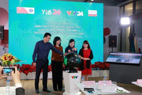 (Từ trái qua):Ông Nguyễn Quang Minh, giám đốc VTV24h, bà Nguyễn Thị Thu Hiền, Phó TGĐ Đài THVN, Bộ trưởng Nguyễn Thị Kim Tiến và bà Vũ Thanh Thủy, Tổng biên tập VTV News cùng nhấn nút khởi động chương trình.