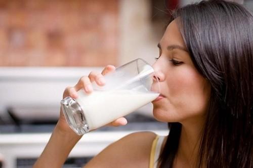 Sữa là lựa chọn tuyệt vời, vừa là giúp mẹ tăng cường sức khỏe, vừa không làm bạn tăng cân nhiều.