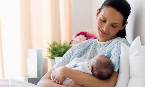 Bên cạnh niềm hạnh phúc bên con thơ, vết mổ sau sinh khiến mẹ bầu lo lắng băn khoăn về cách chăm sóc.