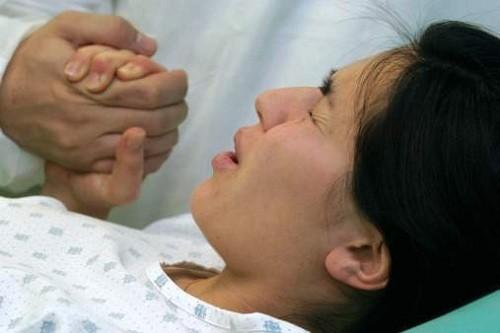 Trường hợp nếu làm trong khi sản phụ không được gây mê, cần động viên, hướng dẫn sản phụ không kêu, thở đều.