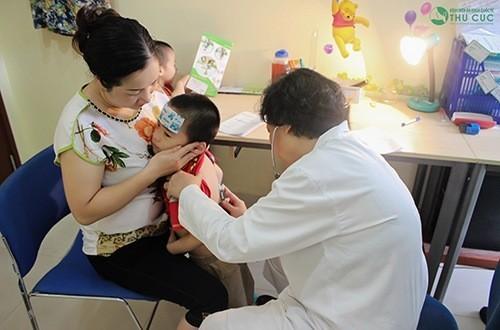 Khi trẻ có dấu hiệu chân tay miệng cần đưa trẻ đến bệnh viện để được thăm khám và chẩn đoán điều trị hiệu quả