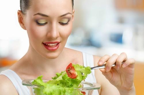 Ăn nhiều rau xanh và trái cây tốt cho mẹ bầu.