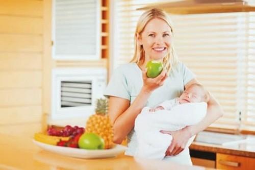 Mẹ sau sinh nên uống nhiều nước, ăn nhiều rau xanh trái cây, tránh tình trạng táo bón khiến đau và rách tầng sinh môn khi đại tiện.