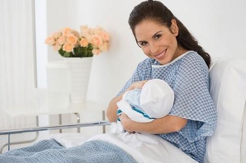 Sản phụ sau sinh thường nên được theo dõi chặt chẽ sớm phát hiện dấu hiệu bất thường.