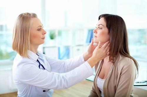 Thăm khám để được xử trí đúng cách khi có mụn đầu đinh