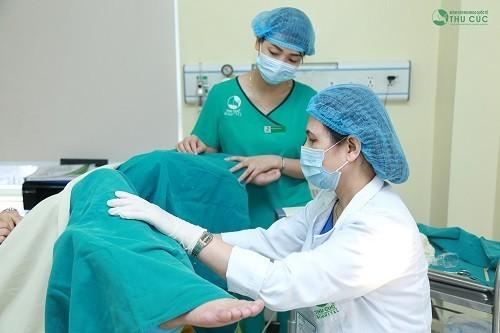 Sản phụ nằm ở tư thế sản khoa, bác sĩ khám sản khoa, tình trạng tim thai, các cơn co tử cung, khung chậu,