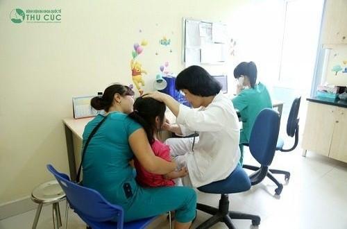 Cho trẻ đến bệnh viện thăm khám ngay khi có triệu chứng trẻ bị kiết lỵ