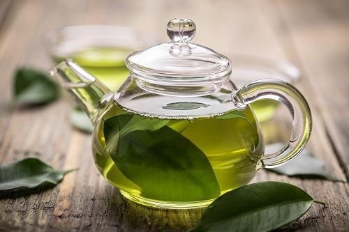 Trà xanh là thức uống lành tính, có nhiều tác dụng tuyệt vời với cho sức khỏe của bạn, trong đó có cả phòng bệnh ung thư bàng quang và tăng khả năng sống cho người bệnh. Tác dụng tuyệt vời này của trà xanh đến từ hợp chất chống oxy hóa cao EGCG có trong lá trà.