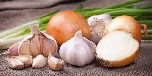 Tỏi và hành tây có tính sát trùng và kháng khuẩn cao không chỉ khiến món ăn thêm hương vị thơm ngon mà còn rất tốt cho sức khỏe.