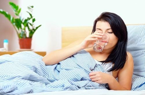 Uống nước đúng cách trước khi ngủ dậy rất tốt cho sức khỏe
