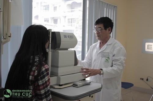 Khi trẻ có dấu hiệu cận thị cần đưa trẻ đến bệnh viện để được bác sĩ thăm khám và điều càng sớm càng tốt