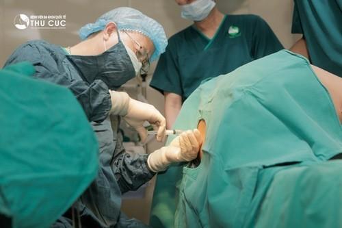 Trước khi đẻ mổ, sản phụ được làm sạch vùng bụng nơi thực hiện các vết mổ để phòng viêm nhiễm