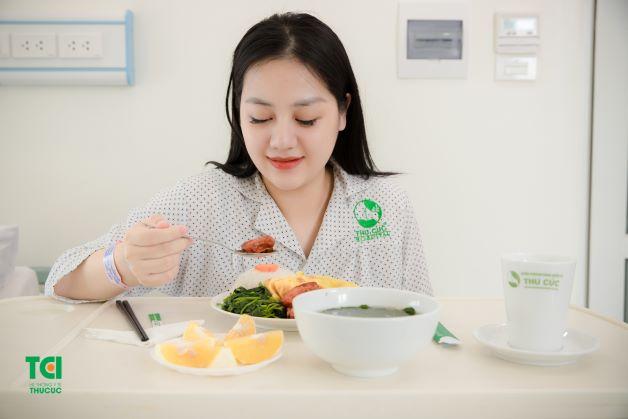 Sau sinh tại viện, sản phụ có chế độ ăn uống được các chuyên gia dinh dưỡng xây dựng riêng đảm bảo đầy đủ dưỡng