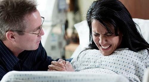 Luôn theo dõi sức khỏe của mẹ và thai, phát hiện nguy cơ suy thai và xử trí thích hợp