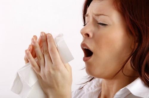 Hắt hơi liên tục có thể do nhiều nguyên nhân gây ra