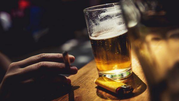 Nguyên nhân chính xác gây ung thư lưỡi vẫn chưa được xác định rõ nhưng thuốc lá, rượu bia là hai yếu tố hàng đầu tăng nguy cơ mắc bệnh.