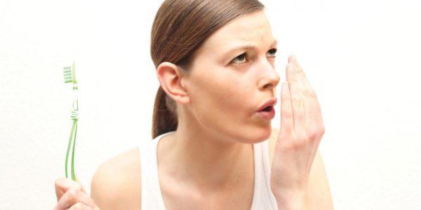 Vệ sinh răng miệng kém cũng là yếu tố thuận lợi để ung thư lưỡi tiến triển, nhất là bệnh nhân có tiền sử viêm lợi, sâu răng…