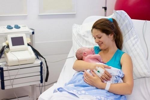 Mẹ cần ngồi dậy vận động sau sinh, tránh hiện tượng dính ruột.