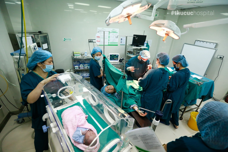 Sau khi em bé ra đời, mẹ được thực hiện những công đoạn cuối cùng của cuộc phẫu thuật.