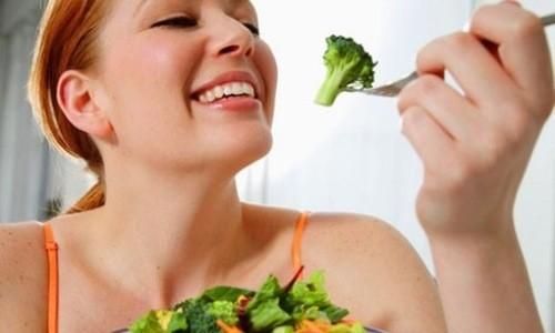Nên ăn nhiều trái cây và rau xanh bổ sung chất xơ cho cơ thể