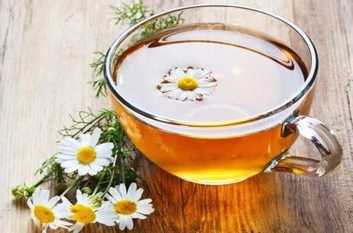Trà hoa cúc giúp hệ thần kinh thư giãn và bình tĩnh. Nó chứa chất chống oxy hóa và flavonoid có tác dụng làm dịu cơ thể.