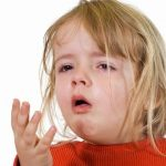 Trẻ bị viêm phế quản mẹ nên làm gì?