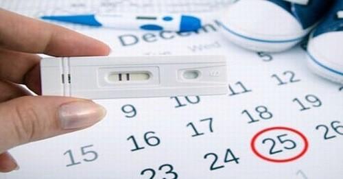 Những ngày đầu, khi mà siêu âm chưa hiển thị kết quả chính xác, chị em có thể dùng que thử thai để xác định.