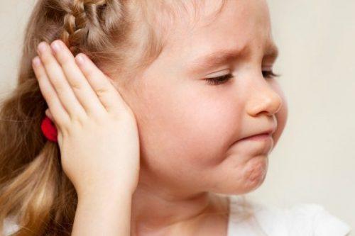 Dây thần kinh VIII bị chèn ép khiến trẻ dễ bị ù tai, nghe kém...