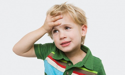 Nhức đầu là một trong những triệu chứng u não phổ biến ở trẻ em