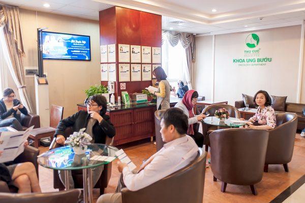 Khoa Ung bướu - bệnh viện Thu Cúc hợp tác với đội ngũ bác sĩ chuyên môn giỏi từ Singapore trong điều trị ung thư