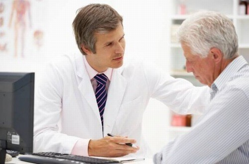 Người cao tuổi cần được thăm khám và điều trị càng sớm càng tốt