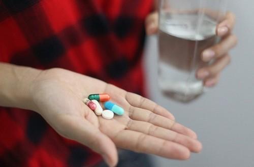 Người bệnh viêm đại tràng cần uống thuốc tuân thủ theo đúng chỉ định của bác sĩ chuyên khoa