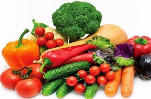 Chế độ ăn uống cho người bệnh sỏi thận cần có nhiều rau và uống nhiều nước
