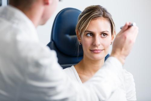 Một đốm nhỏ có thể xuất hiện ở mắt khiến thị lực của người bệnh giảm