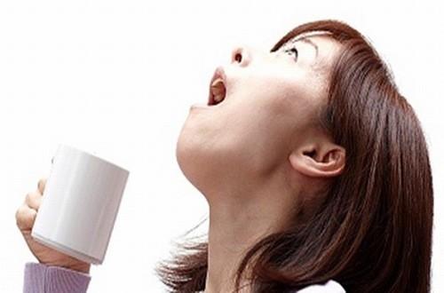 Súc miệng nước muối giúp giảm bớt dịch nhầy đường hô hấp