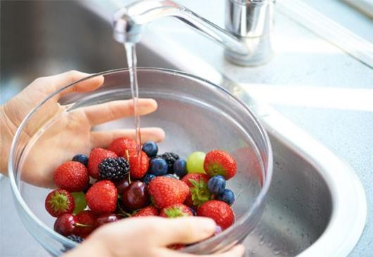 Rửa sạch trái cây trước khi ăn